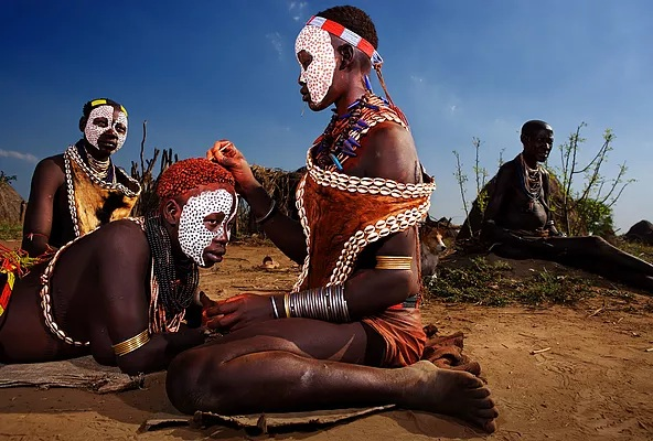 Karo women usually don only a loincloth made from hide, and drape colourful beads around their necks. They lather their hair with ochre mixed with animal fat.